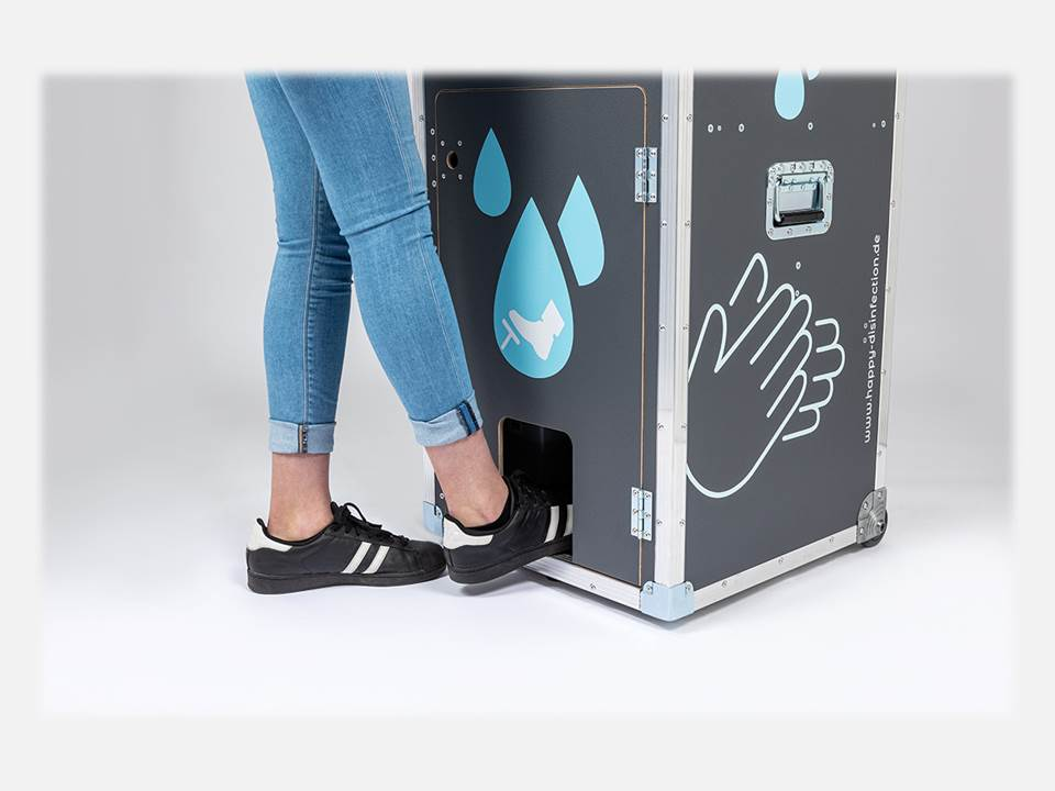 Happy disinfection – mobile hand hygiene station from M.A. Systems GmbH, Germany. The water flow is activated by a foot-operated pump. In addition, the soap and disinfectant dispensers can be operated without contact.